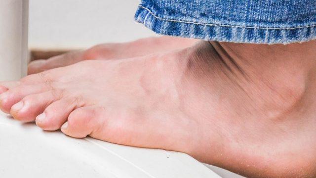 Sentir hormigueo en los dedos y detectar un color blanquecino puede ser síntoma de problemas de salud en los pies
